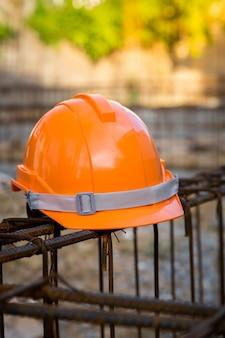 Schutzhelm, arbeitsingenieur im freien, tragender orange sturzhelm