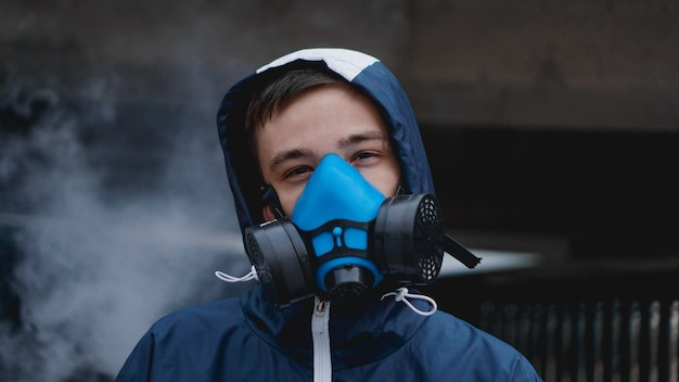 Schutzmaske halbmaske für giftige gase. der mann bereitet sich darauf vor, schutzluftverschmutzung in der chemischen industrie zu tragen