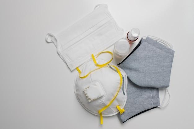Schutzmaske und alkoholgel auf weißem hintergrund, angst vor viren, covid-19