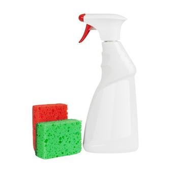 Schwämme in der nähe von white blank plastic spray reinigungsmittel flaschenmodell mit leeren etiketten für ihr design auf weißem hintergrund