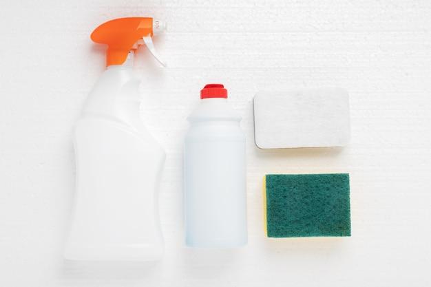 Schwämme und reinigungsmittel für sanitär, waschbecken, badewannen, toilettenschüsseln in flaschen auf weißem grund