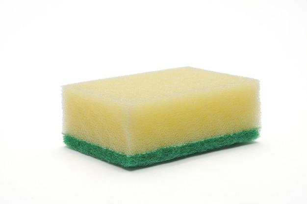 Schwamm zum abwaschen von geschirr und sanitär auf einem isolierten weißen hintergrund