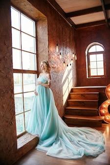 Schwangere brautblondine, die sich vorbereitet, mutter zu werden