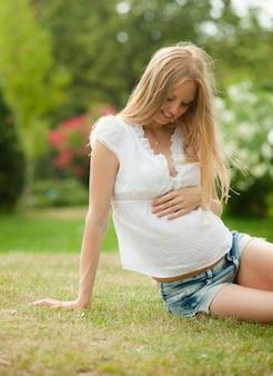Schwangere frau auf gras