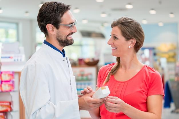 Schwangere frau beim einkaufen in drogerie