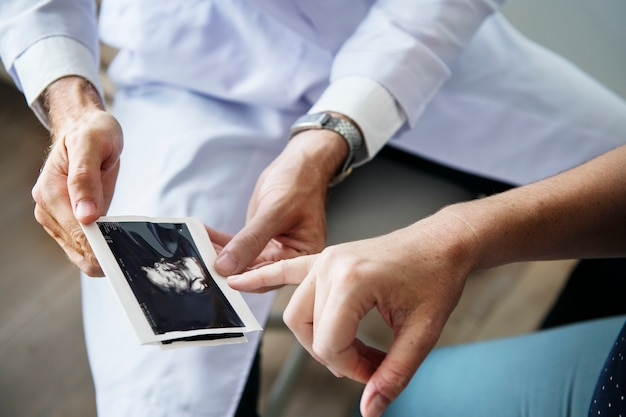 Schwangere frau, die fötusüberwachung durch doktor hat