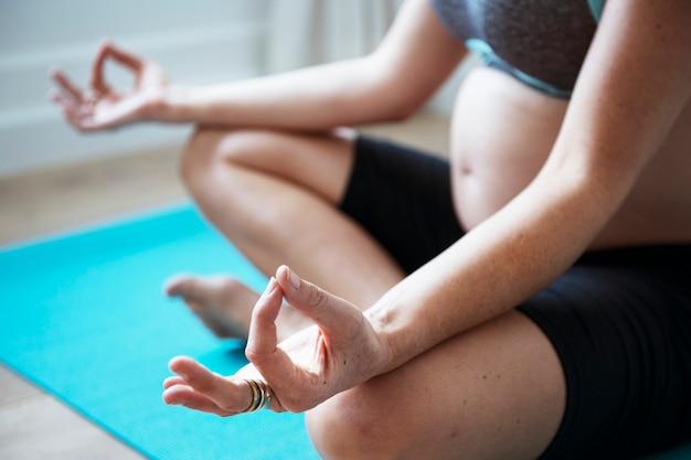 Schwangere frau, die leichte übung tut