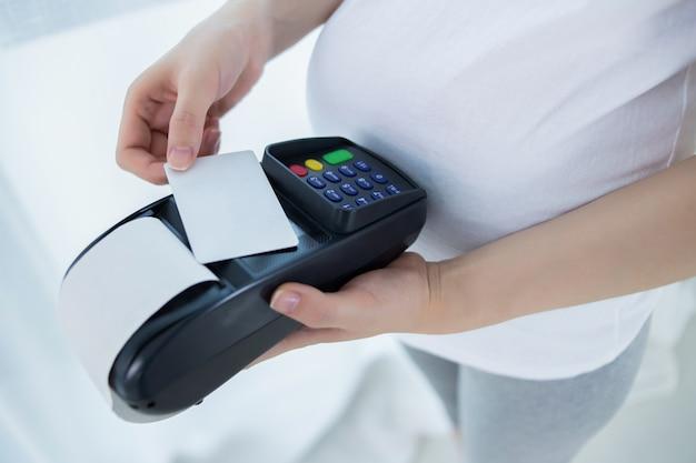 Schwangere frau, die online mit anschluss kauft