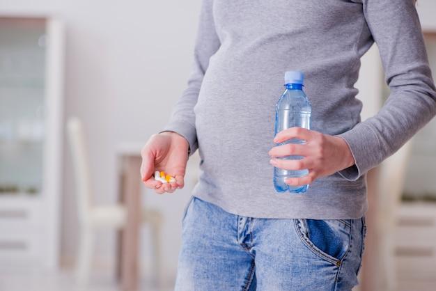 Schwangere frau, die pillen während der schwangerschaft einnimmt
