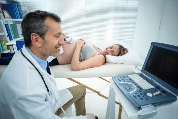 Schwangere frau, die ultraschallbehandlung im krankenhaus erhält