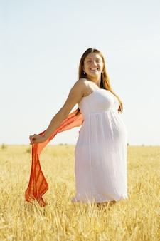 Schwangere frau im getreidefeld