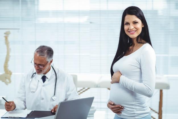 Schwangere frau mit doktor an der klinik während der gesundheitsüberprüfung