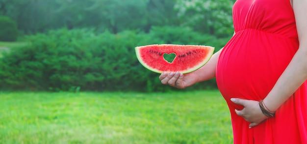 Schwangere frau mit einer wassermelone