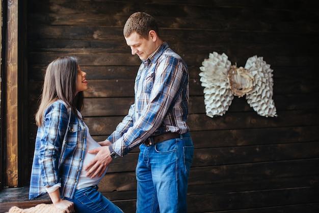 Schwangere frau mit ihrem ehemann, der auf neugeborenes wartet