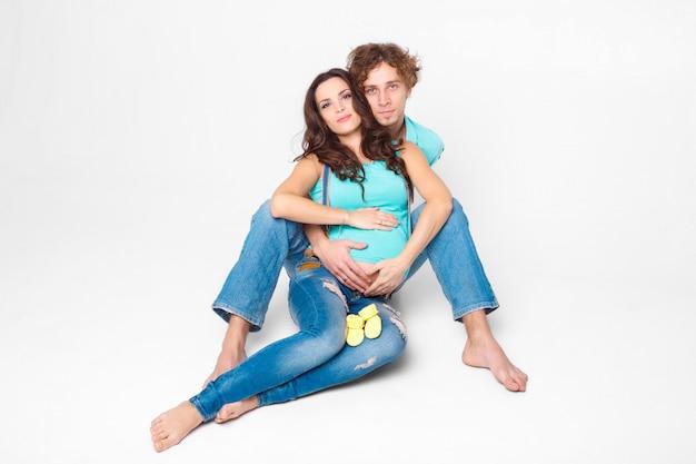 Schwangere frau mit ihrem ehemann
