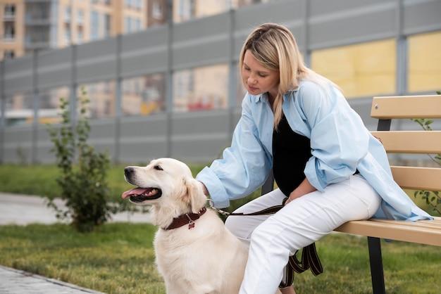 Schwangere frau mit mittlerer aufnahme und süßem hund
