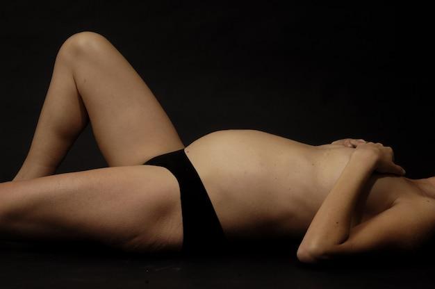 Schwangere frau mit schwarzem hintergrund