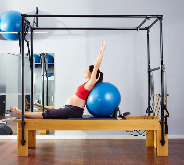 Schwangere frau pilates reformer fitball übung