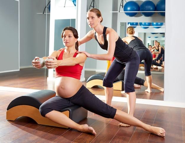 Schwangere frau pilates seite dehnübungen