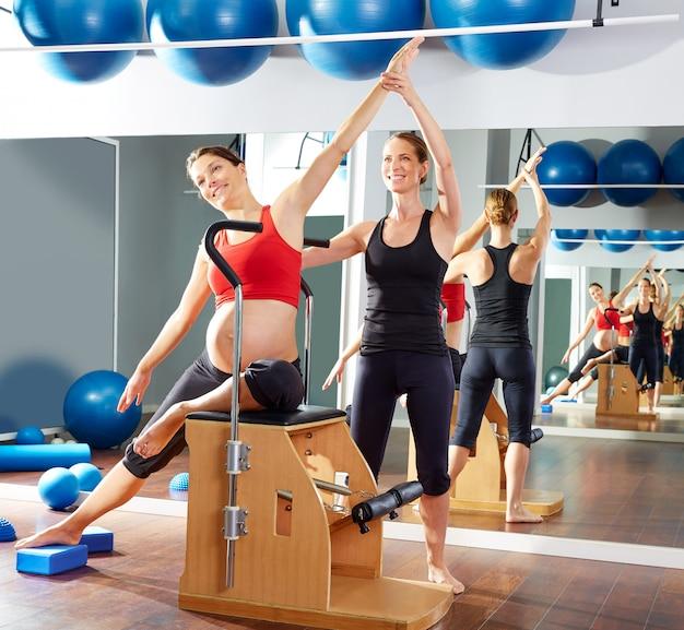 Schwangere frau pilates seite stretch-übung