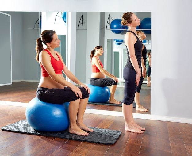 Schwangere frau pilates trainieren fitball