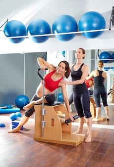 Schwangere frau pilates trainieren im fitnessstudio