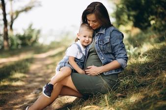 Schwangere Frau und ihr kleiner Sohn