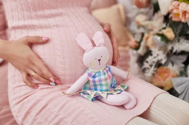 Schwangere frau wartet auf die geburt eines kindes