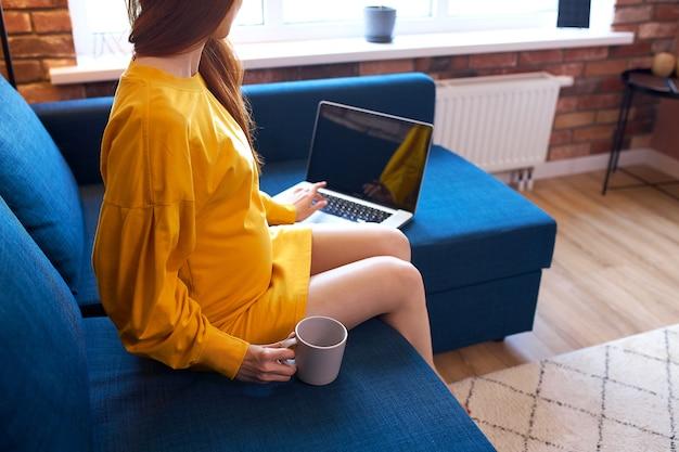 Schwangere frau wird im internet surfen