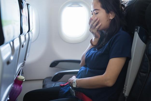 Schwangere fühlen übelkeit im flugzeug