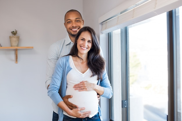 Schwangere liebende paare
