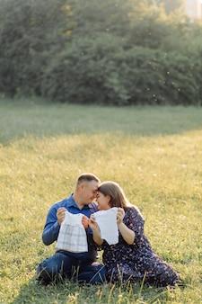 Schwangere mutter des jungen attraktiven paares und glücklicher vater