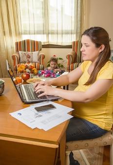 Schwangere mutter, die mit sohn im homeoffice arbeitet