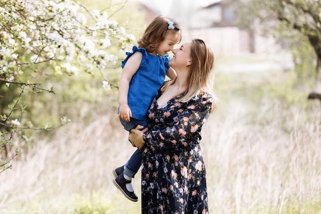 Schwangere mutter mit tochter in der natur