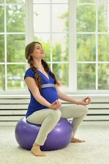 Schwangere übungen mit gymnastikball zu hause