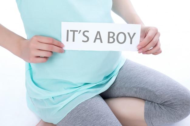 Schwangerschaft frau zeigen papier mit