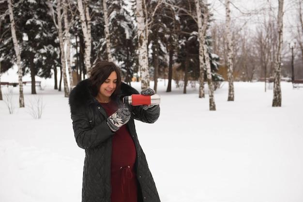 Schwangerschafts-, getränke-, winter-, leute- und erwartungskonzept