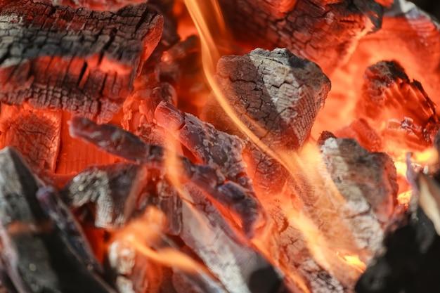 Schwarz gebrannte holzkohle grillrost feuer natürlich