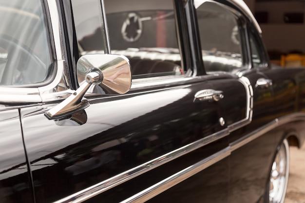 Schwarz gefärbtes klassisches amerikanisches oldtimerauto geparkt auf der straße von havanna, kuba.