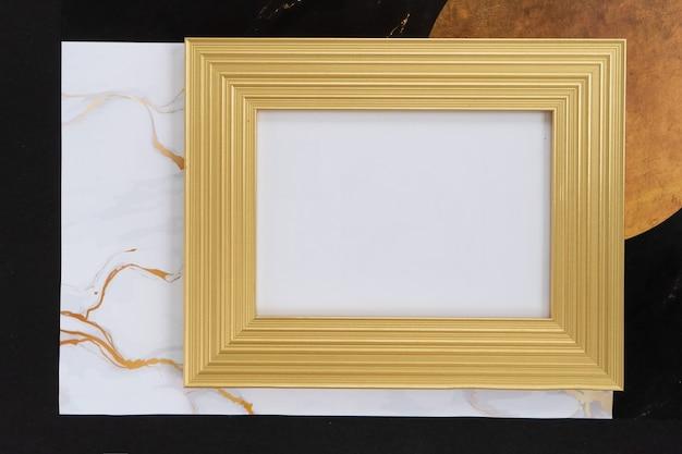 Schwarz-goldener mok-up-rahmen, 20er-jahre-modern und art-deco-stil