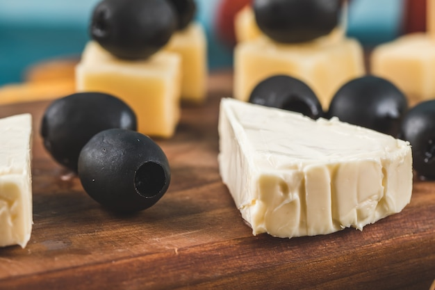 Schwarz marinierte oliven mit weißem und gelbem käse