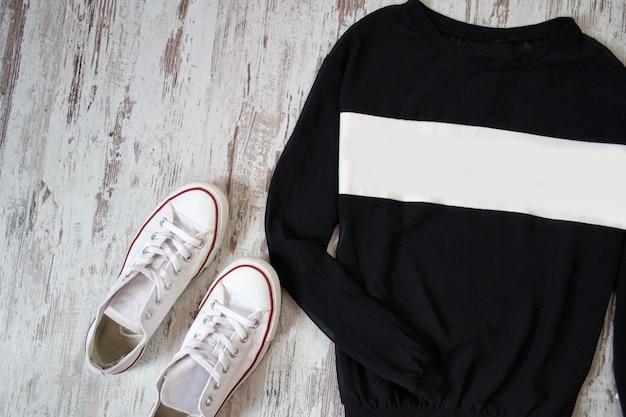 Schwarz mit weißem pullover und weißen schuhen