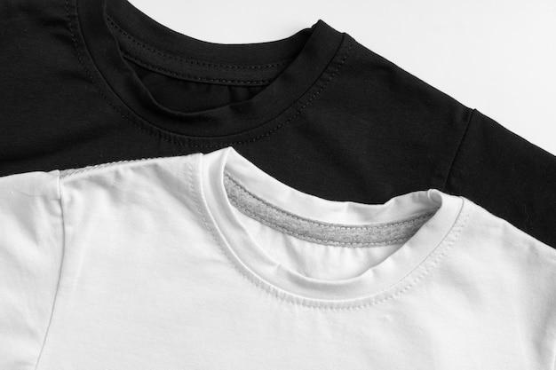 Schwarz und weiß färben zwei einfache t-shirts