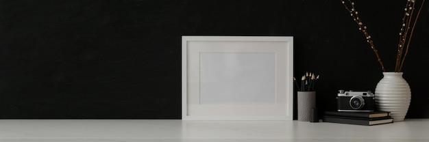 Schwarz-weiß-arbeitsbereich mit rahmen, briefpapier, kamera, dekorationen und kopierraum