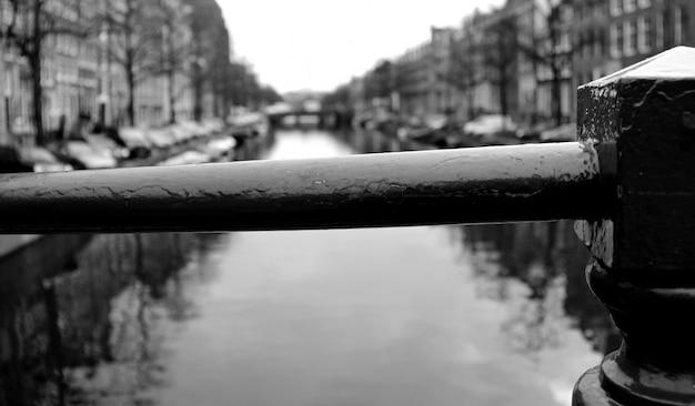Schwarz-weiß-bild von amsterdam-kanälen