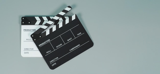 Schwarz-weiß-clapperboard oder clapperboard oder filmschiefer in der videoproduktion, film-, kinoindustrie auf grauem hintergrund.