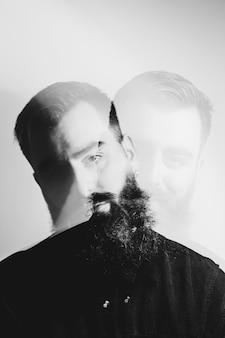 Schwarz-weiß-doppelausstellungsporträt eines hipster-mannes konzept der psychischen gesundheit
