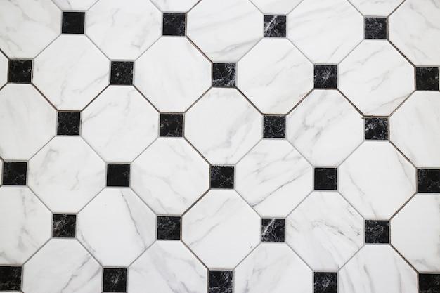 Schwarz-weiß karierter marmorboden
