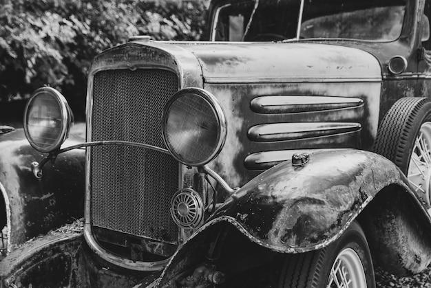 Schwarz-weiß-nahaufnahme eines rostigen alten lastwagens