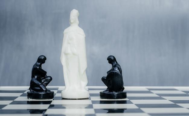 Schwarz-weiß-schachfiguren auf dem schachbrett.